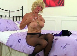 Scottish cougar Toni Lace looking..