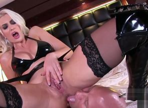 Mind-blowing Blondie pussy-smothering..